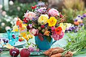 Strauß aus dem Bauerngarten mit Rosen, Hagebutten, Kapuzinerkresse