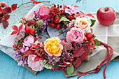 Herbst-Kranz mit Rosen, Hagebutten, Fetthenne, Phlox und Blättern