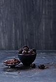 Brombeeren und Schokoladenspäne in schwarzen Schälchen