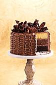Dreischichtige Schokoladen-Buttercremetorte mit Schokoladendeko