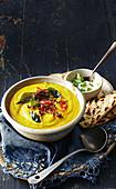 Dal-Suppe mit geröstetem Blumenkohl (Indien)