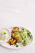 Gegrillte Hähnchenbrust mit Limette und Kokos serviert mit Reis und Gurkensalat