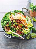 Stir Fry mit Putenhackfleisch, Bohnen und frittierten Spiegeleiern (Asien)