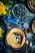 Dutch Baby mit Heidelbeeren (USA)