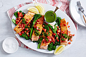 Gegrillter Lachs mit Gemüse und Kräutersauce
