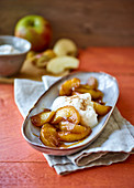 Caramelized apples with cinnamon cream
