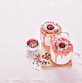 Donut Mug Cake mit Marmelade und bunten Zuckerstreuseln