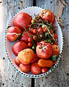 Verschiedene Heirloom Tomaten in Keramikschüssel