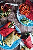 Rote-Bete-Wraps und Spinat-Wraps mit verschiedenen Füllungen