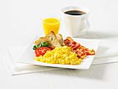 Rührei mit Bacon und Toast, Kaffee, Orangensaft