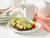 Belegte Brote mit Eiweiss-Avocado-Salat