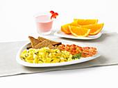 Rührei mit Feta, Dill und Bacon, Orangen, Erdbeersmoothie