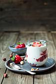 Griechischer Joghurt mit Erdbeer-Chia-Marmelade und Haselnüssen