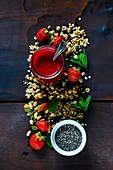 Frisches Erdbeerpüree, Chiasamen, Cerealien, frische Beeren und Minze