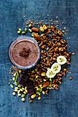 Bananen-Schokoladen-Smoothie mit Granola, Nüssen und Samen