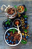Schokoladengranola mit Honig, Beeren, Nüssen und frischer Minze