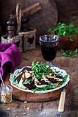 Salat mit gebackener Roter Bete, Rucola, Frischkäse und Pinienkernen