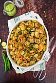 Überbackene Nudeln mit Zucchini, Erbsen und Robiola-Käse
