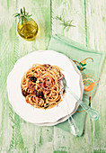Spaghetti with onions, bread crumbs and black olives