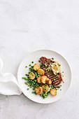 Grillsteak mit Knoblauchbutter, Erbsen und Bratkartoffeln