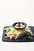 Gebratener Pilz mit Gorgonzola auf Röstbrot mit Birnenaufstrich