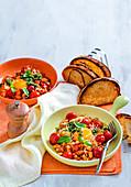 Baked Beans mit Eiern und Basilikumpesto