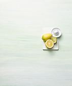 Ganze und halbe Zitrone, Limette und Zitronenpresse