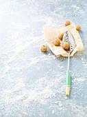 Frittierte Tempeh-Bällchen mit Schöpflöffel auf Papier
