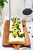 Joghurt-Kokos-Tarte mit Mango, Blaubeeren und Minze