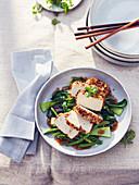 Tofu in Nusskruste mit Pak Choi, grünen Bohnen und Sojasauce