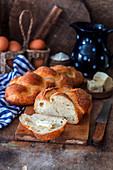 Hausgebackenes Challah-Brot mit Butter