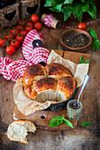 Frisch gebackene Brötchen aus gemischtem Mehl