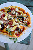 Pizza capricciosa (Pizza mit Schinken, Artischocken und Oliven, Italien