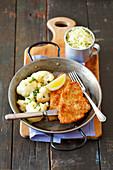 Putenschnitzel mit Blumenkohl und Krautsalat
