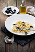 Spaghetti aglio e olio with black olives (vegan)