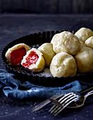 Fruchtige Kartoffelklösschen mit Erdbeerfüllung