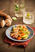 Tortilla mit Fisch, Avocado, Cocktailtomaten und Tomatillo-Salsa (Mexiko)