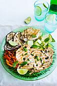 Gegrillte Hähnchenschnitzel und Grillgemüse auf Zucchinischeiben mit Limetten-Pfefferminz-Marinade