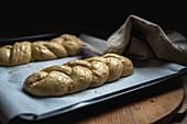 Ungebackene Challah-Brote (jüdische Küche) auf Backblech