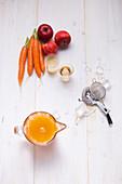Zutaten für Revitalizer mit Möhren, Apfel und Ingwer