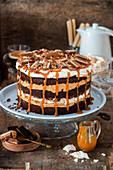 Schokoladenbiskuitkuchen mit Erdnüssen, Salted Caramel und Baiser