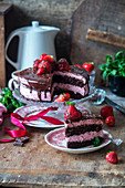 Erdbeermousse-Schokoladen-Kuchen, angeschnitten
