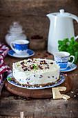 No-Bake-Käsekuchen mit weisser Schokolade und getrockneten Cranberries