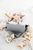 Zitronen-Shortbread-Sterne in einer Geschenkbox