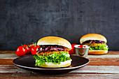 Burger mit Salat, Zwiebeln und Tomatensauce