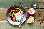 Englisches Frühstück mit Bohnen, Spiegeleiern und Avocado