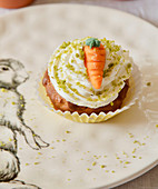 Möhren-Cupcake mit Buttercreme, Pistazien und Marzipanmöhre