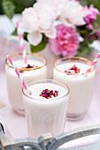 Rosen-Lassi mit Rosenwasser und Rosenblüten
