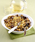 Spaghetti with mussels and artichoke carbonara
