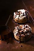 Zwei Mokka-Käsetörtchen mit Sahne